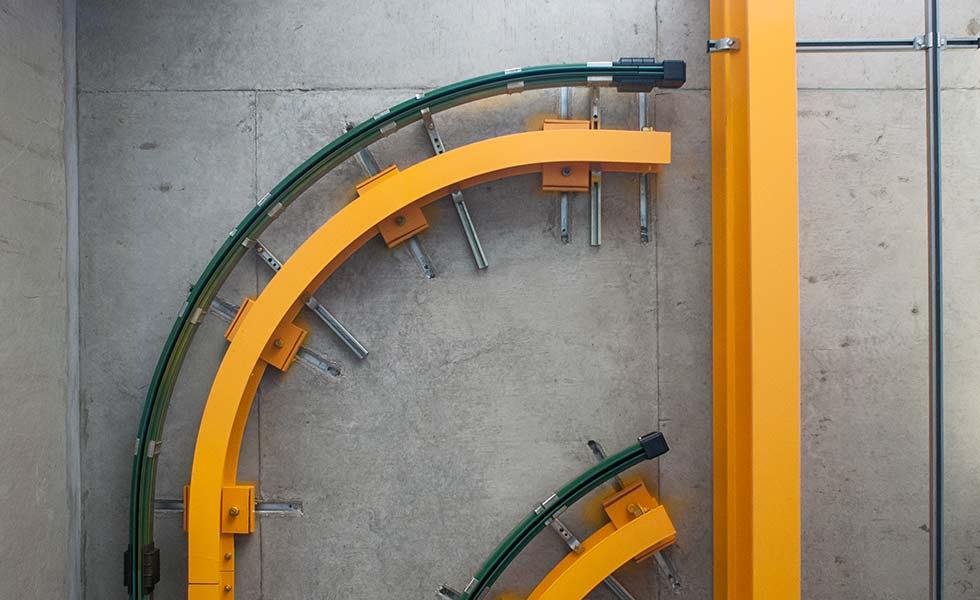 Monorail droit suspendu sous chandelles et fixé sous poutre béton