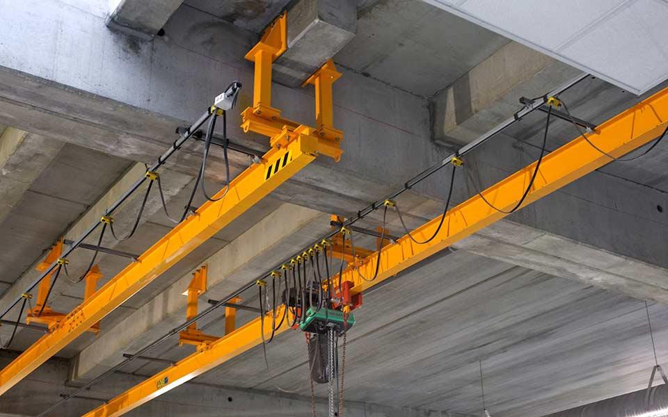 Monorail de levage droit fixé sous une dalle avec des suspentes spéciales