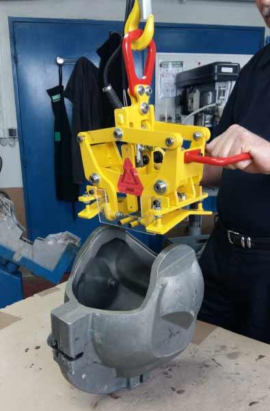 Pince mécanique spéciale installée sur une potence sur fut avec rail creux